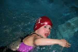 """Ella Roelofs (Jahrgang 2009) gewinnt als jüngste Teilnehmerin der SG Lauf das """"Wasserflöhe"""" - Treffen in Schwabach über 25 m Rücken"""