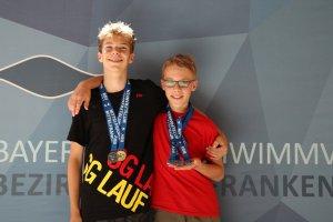 Florian Goltz und Nico Hutzler mit ihrer Medallienausbeute (1x Gold, 3x Silber, 1x Bronze) an den Mittelfränkischen Bezirksmeisterschaften Schwimmen 2018